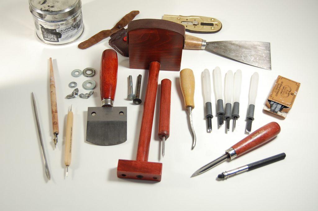 Инструменты для укладки линолеума на бетонный пол