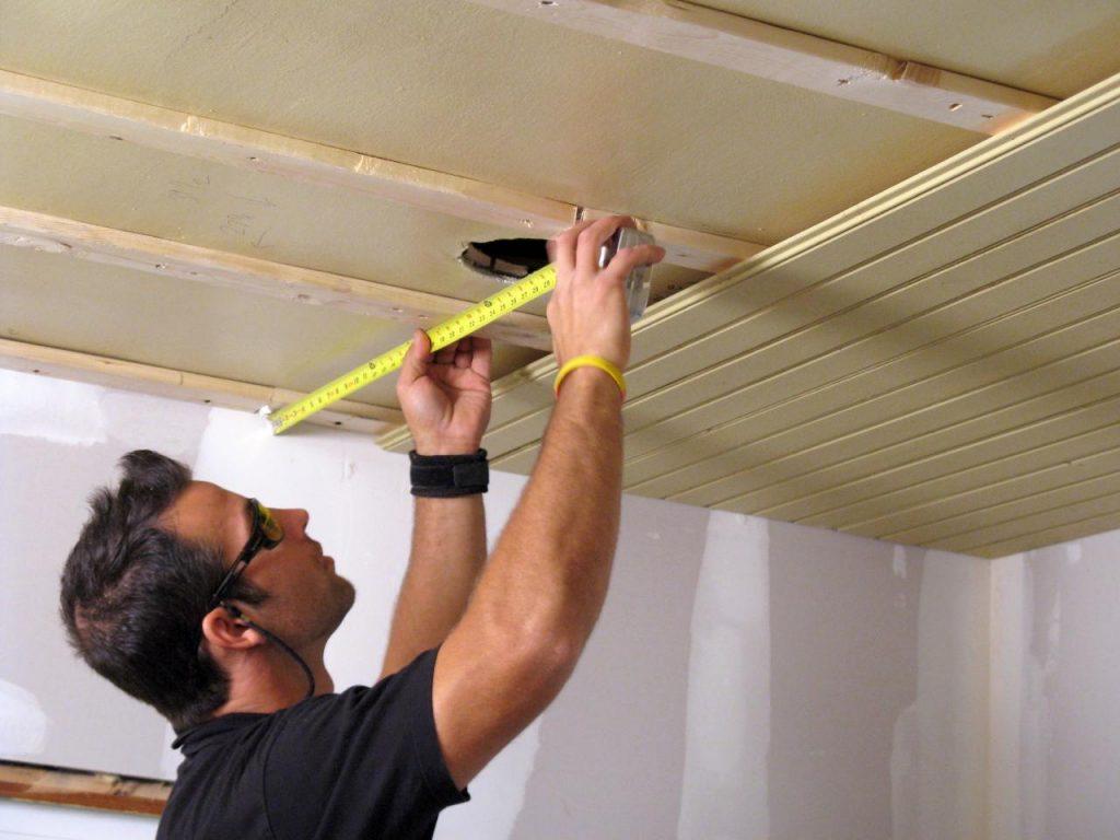 Монтаж потолка деревянной вагонкой