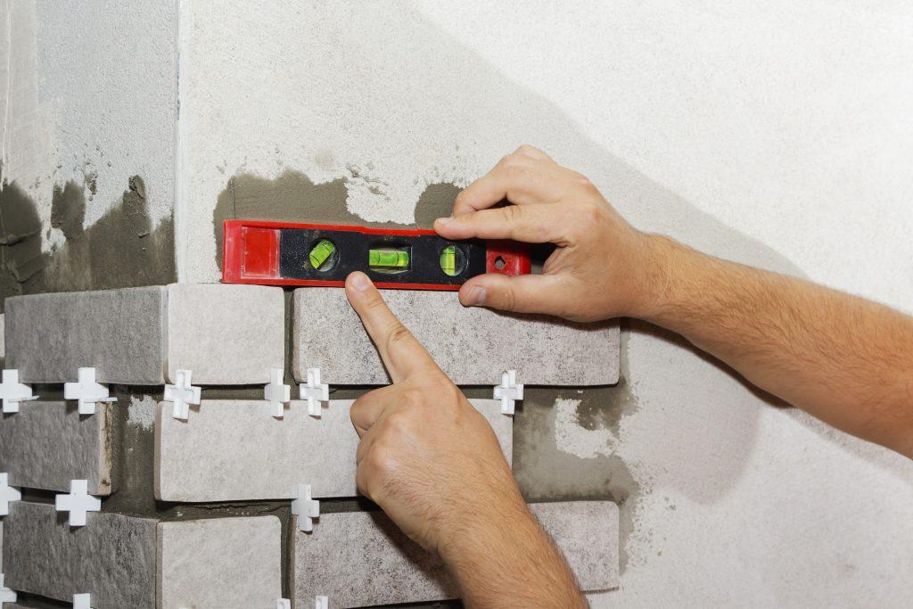 Укладка плитки кирпич на стену