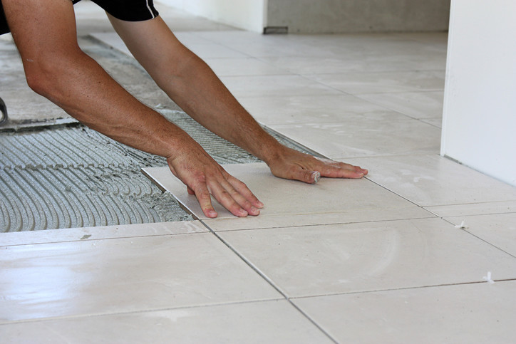 Укладка плитки керамогранита на пол