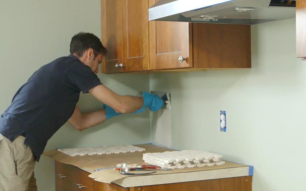 Как выложить плитку на кухне фартук