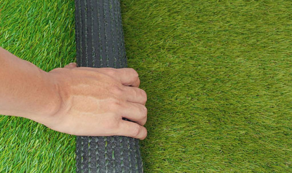 Укладка искусственного футбольного газона
