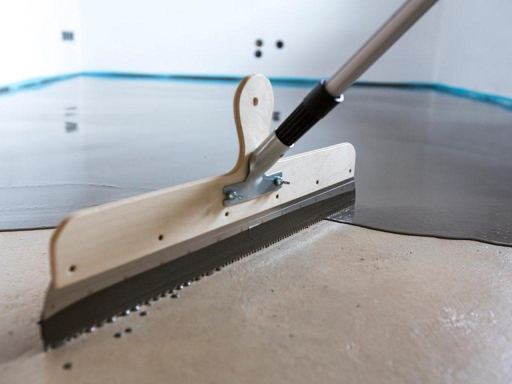 Как положить линолеум на неровный бетонный пол