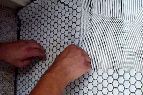 Мозаичная плитка на сетке укладка