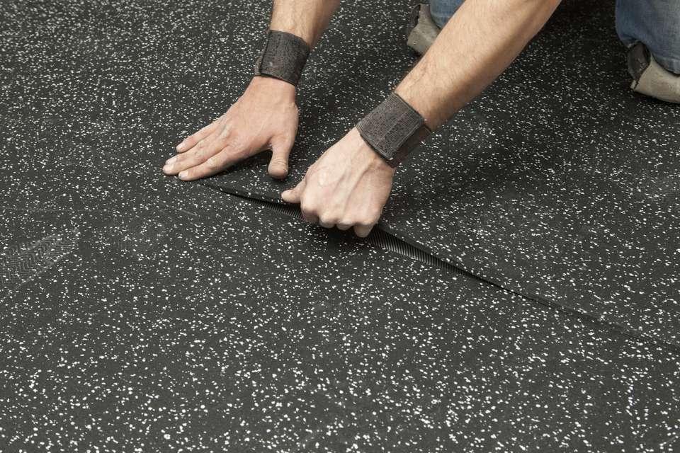 Укладка рулонного резинового покрытия